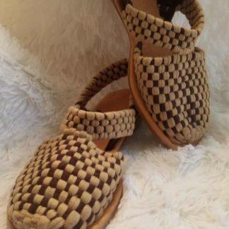 Sandalias de mujer tejidas.
